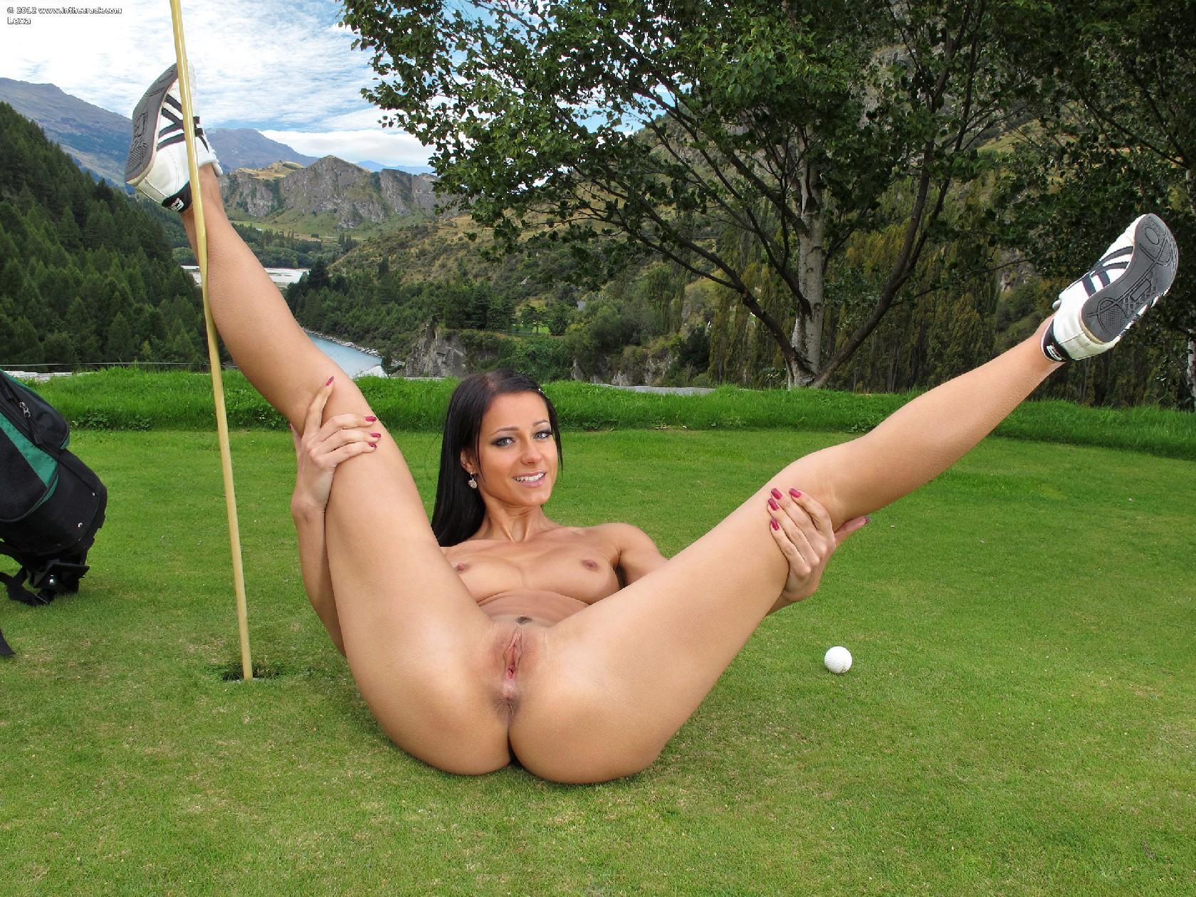 foto-golih-devushek-igrayushih-v-golf