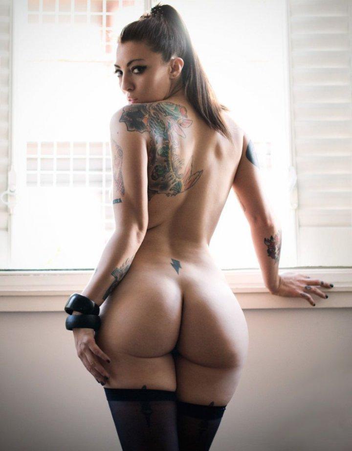 голая девушка с татуировкой на руке